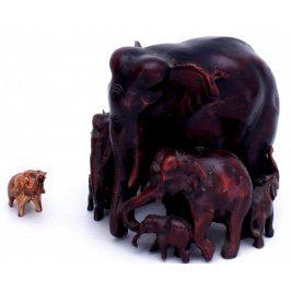 Soška slonice se slůňaty