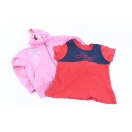 Růžová mikina a červené tričko
