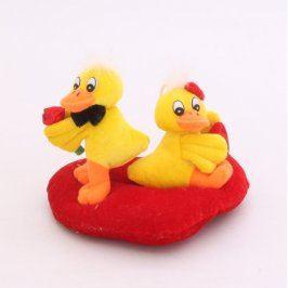 Dvě žluté kačenky TILL na červeném srdíčku