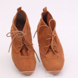 Dámské kotníkové boty s dirkami