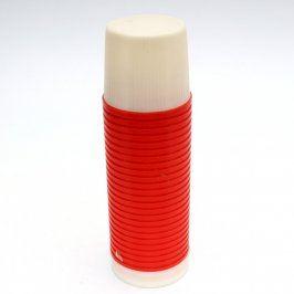 Červená termoska s bílým šroubovacím víkem