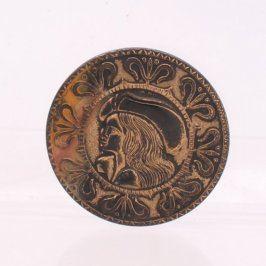 Brož kulatého tvaru s motivem šlechtice