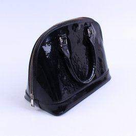 Dámská černá kabelka s lesklým povrchem.