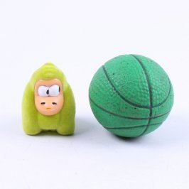 Figurka opice a zelený míček