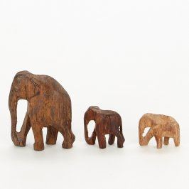 Sošky dřevěných slonů různých velikostí
