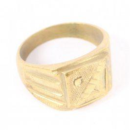 Prsten s motivem ze žlutého kovu