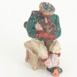 Keramická postavička sedící dudák