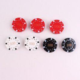 Žetony na poker v hodnotě 100 a 500