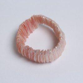 Náramek z růžových blýskavých mušlí na gumě
