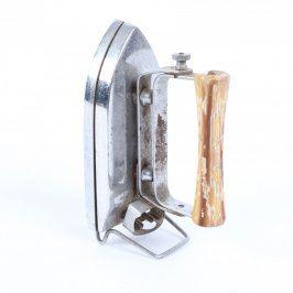Historická žehlička s dřevěným uchem