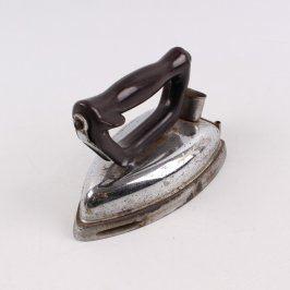 Historická žehlička s černou rukojetí