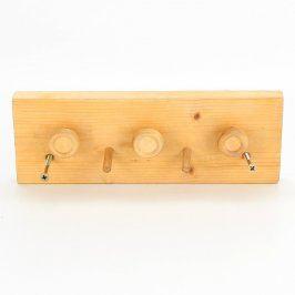 Dřevěný věšák se sedmi háčky