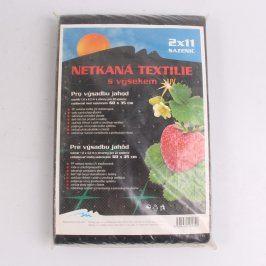 Netkaná textilie s výsekem pro jahody