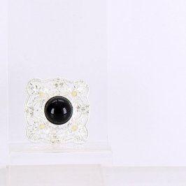 Brož s černým kamenem uprostřed