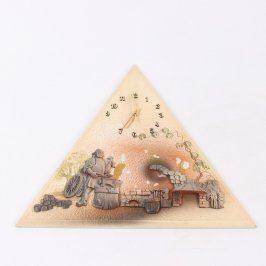Nástěnné hodiny ve tvaru trojúhelníku