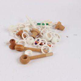 Sada plastových a dřevěných garnýží