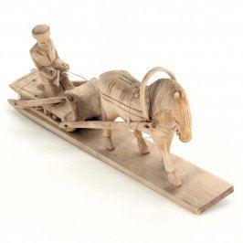 Dřevěná soška kůň táhnoucí saně